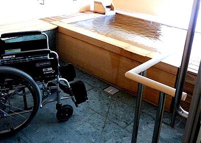 車椅子のまま洗い場に入れるバリアフリーの貸切露天風呂「雲」