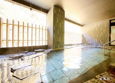 手すりが設置されている大浴場「絹の湯」