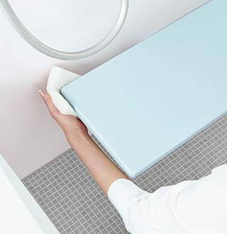 壁と浴槽から離れた 洗い場カウンターだから奥やサイドも洗いやすい